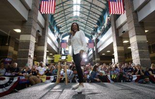 Nadrágkosztüm és tornacipő – a divat, amit Kamala Harrisnek köszönhetünk