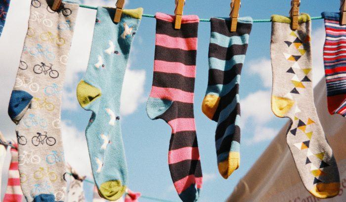 A lyukas zokni dilemmája: hogyan tarthatnak tovább a zoknik?