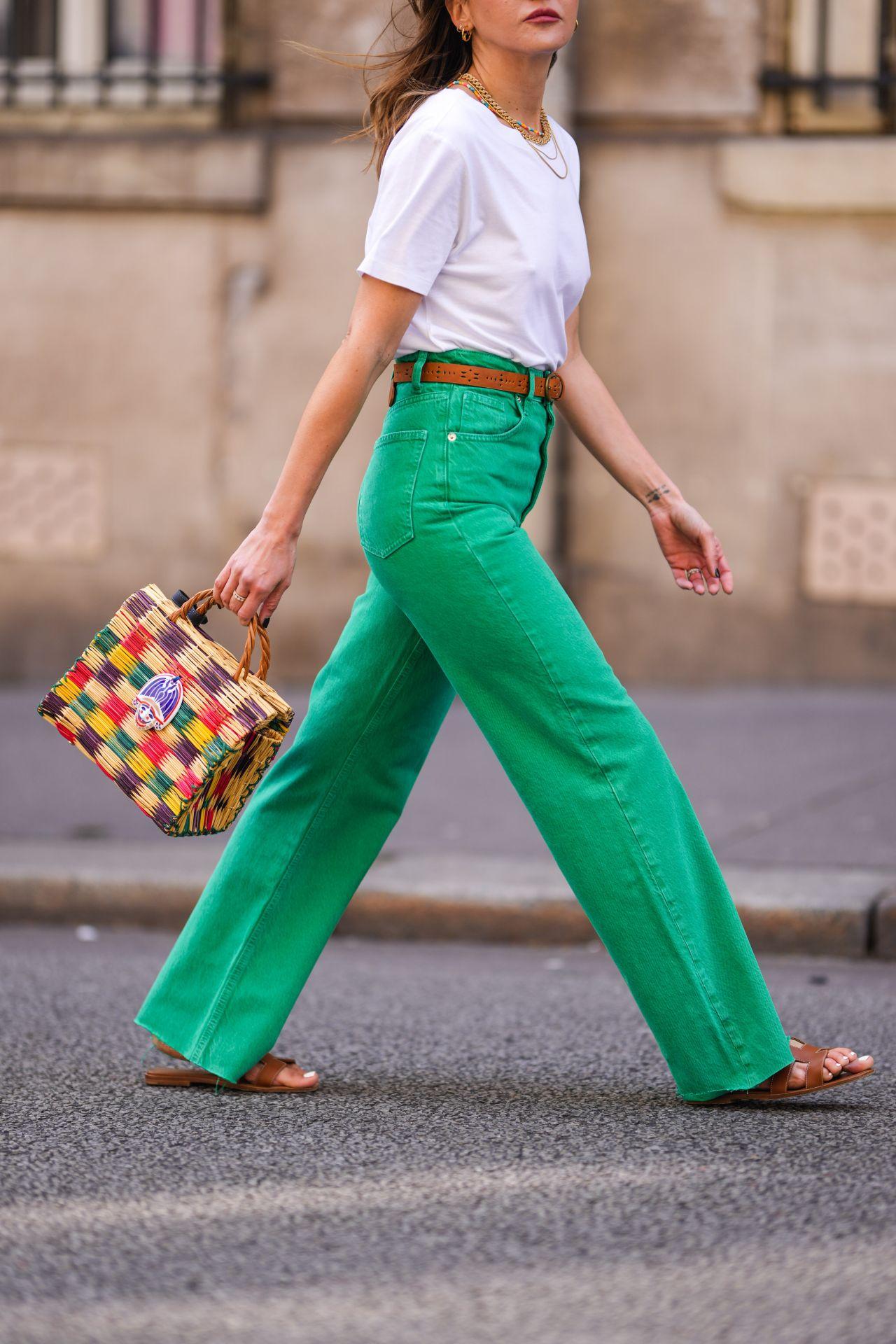 színes raffia táska street style