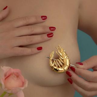Sebtapasz, vagina és koktélrák aranyba öntve