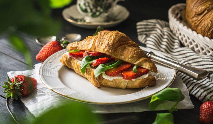 Álomreggeli: bazsalikomos-epres croissant