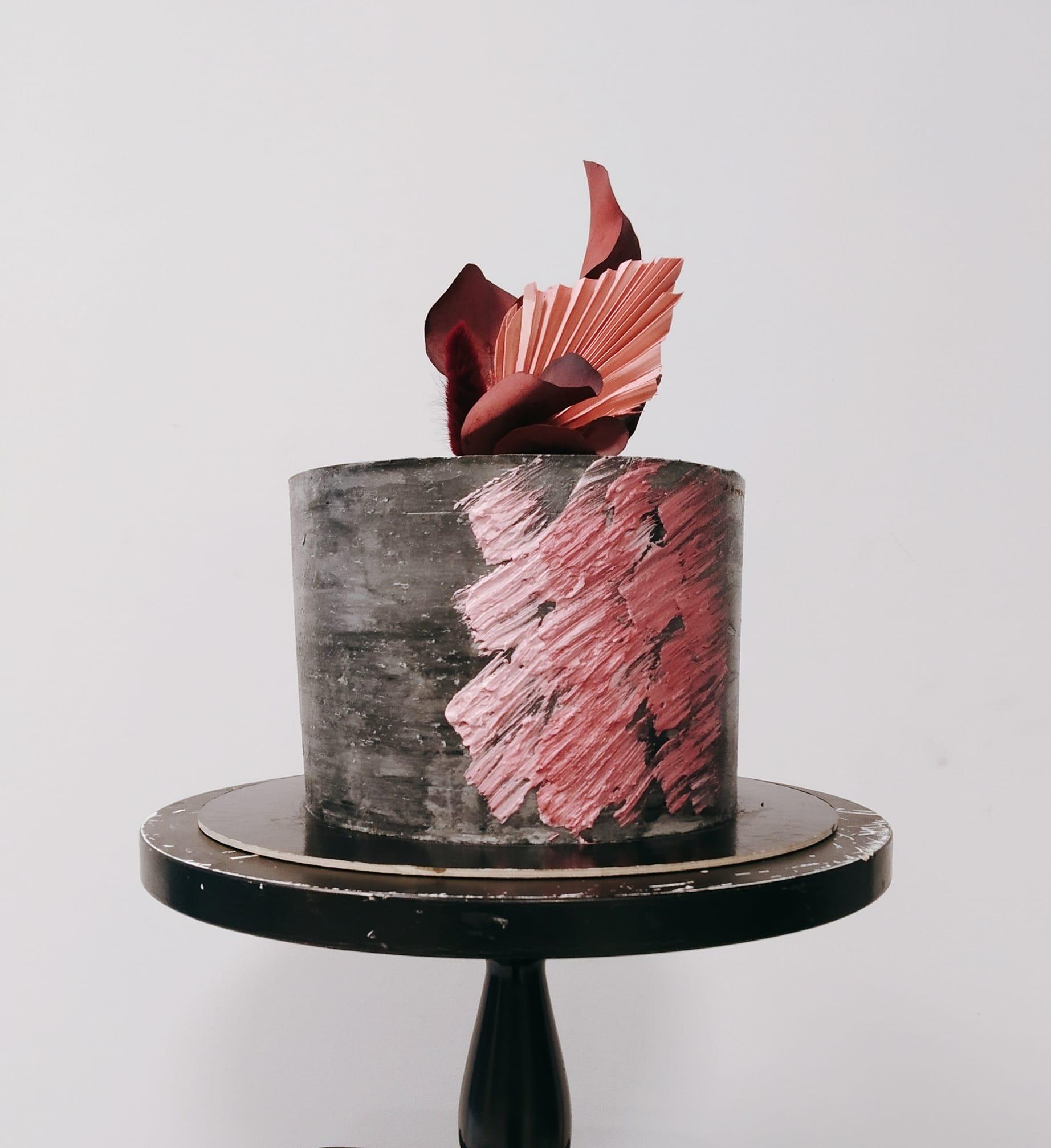 2. kép: Betonszürke torta rózsaszín dekorációval