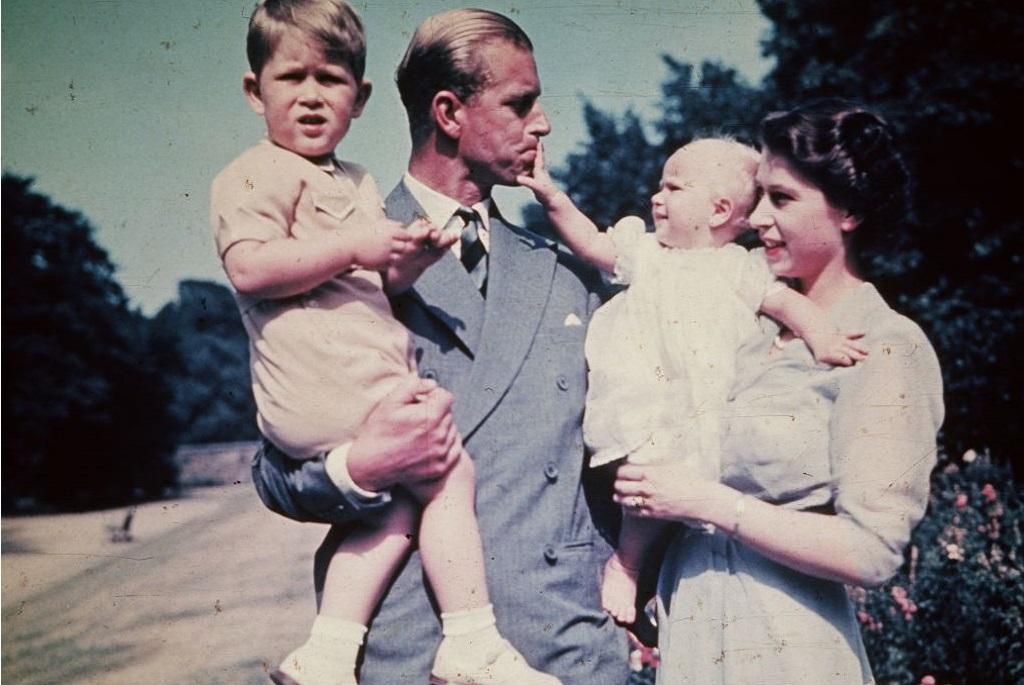 II. Erzsébet királynő és Fülöp herceg gyermekeikkel, Anna hercegnővel és Károly herceggel
