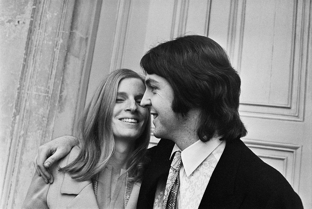 Linda és Paul McCartney az esküvőjük napján, 1969 március 12-én