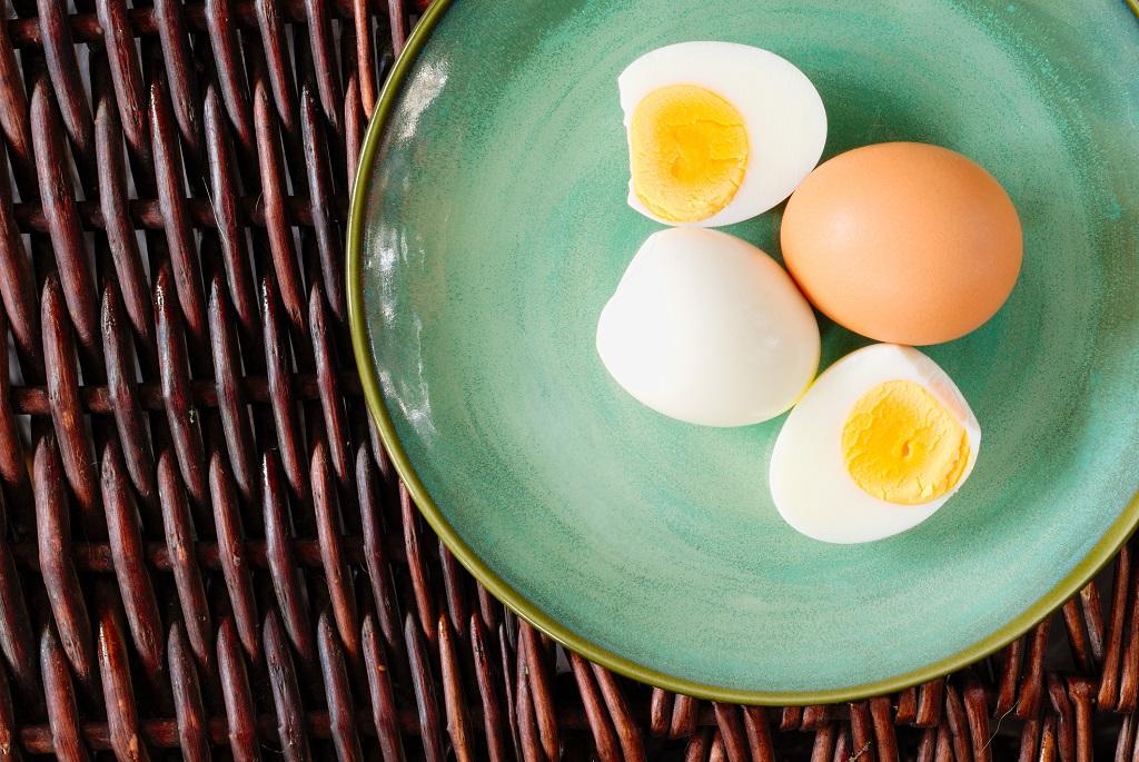 Így hámozd meg pikk-pakk a főtt tojást