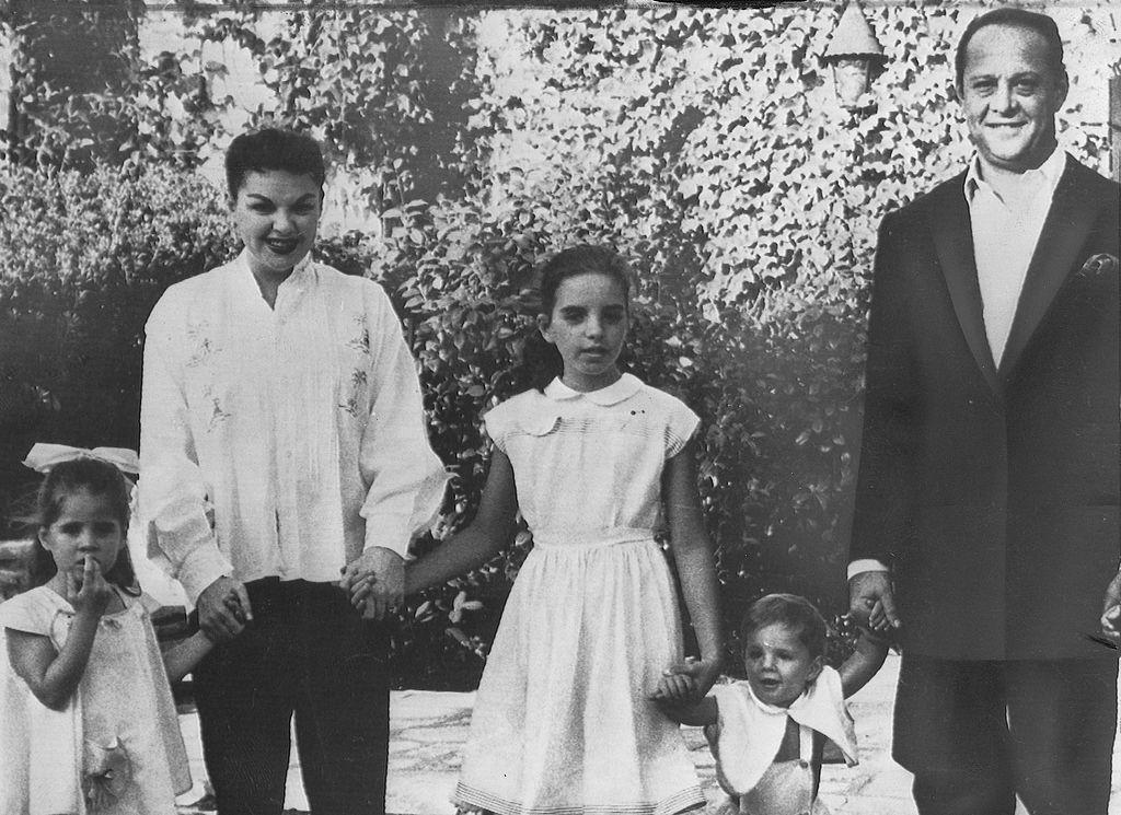 Judy Garland harmadik férjével és három gyermekével