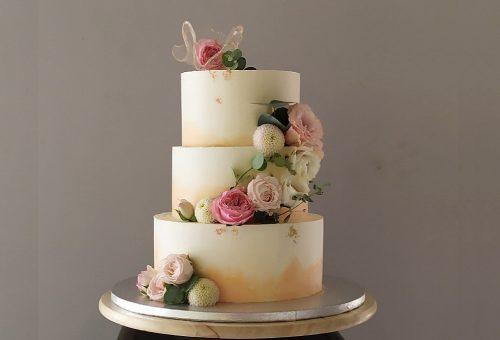 Hatszögletű metáltorta, betontorta és ehető virágok – Ilyen a 2021-es esküvői tortatrend