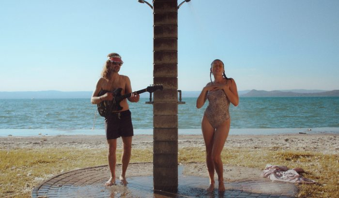 Strand, lángos és garantált dallamtapadás az új Blahalouisana klipben