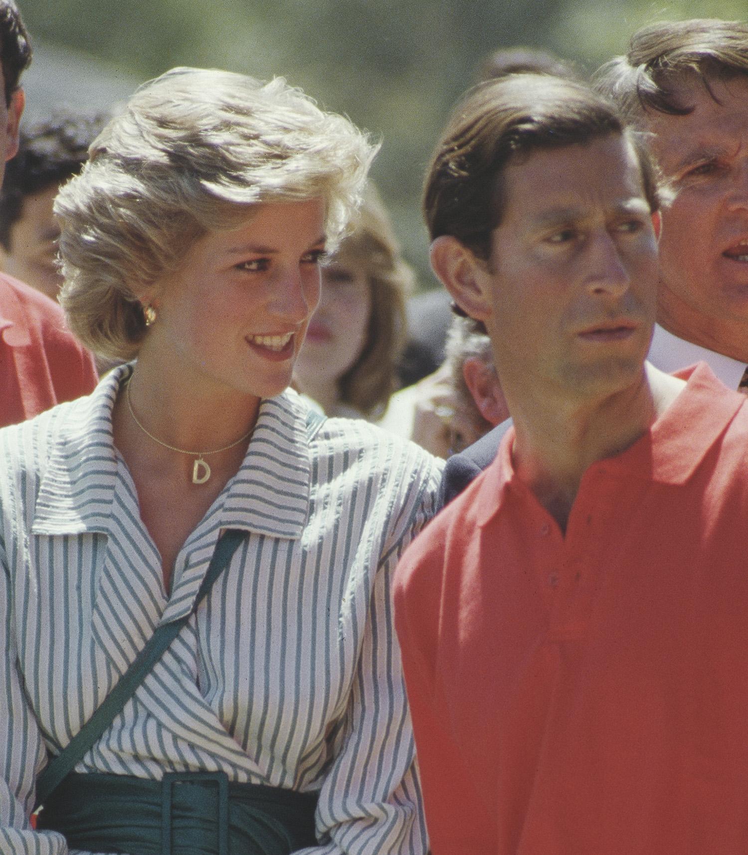 Diana hercegnő D betűs medállal díszített nyaklánccal, 1985-ben