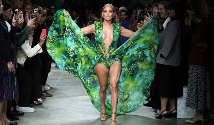 Az 52 éves Jennifer Lopez vörös szőnyeges ruhái, amiktől ma is eláll a lélegzetünk