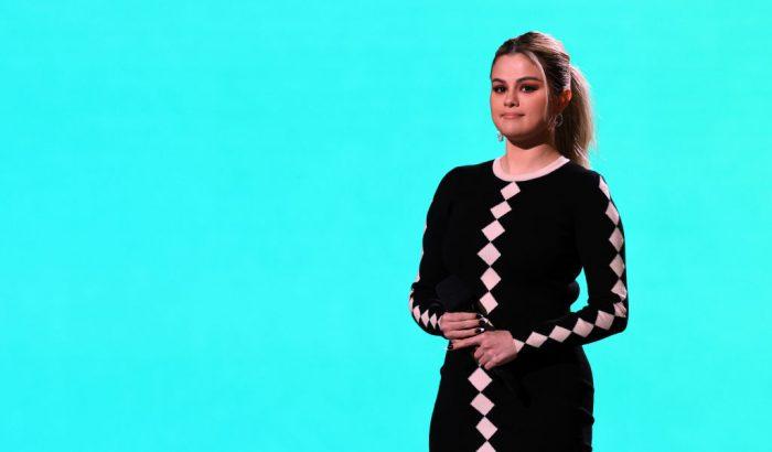 Selena Gomez neonszínű sminkje a strandbulik sztárja
