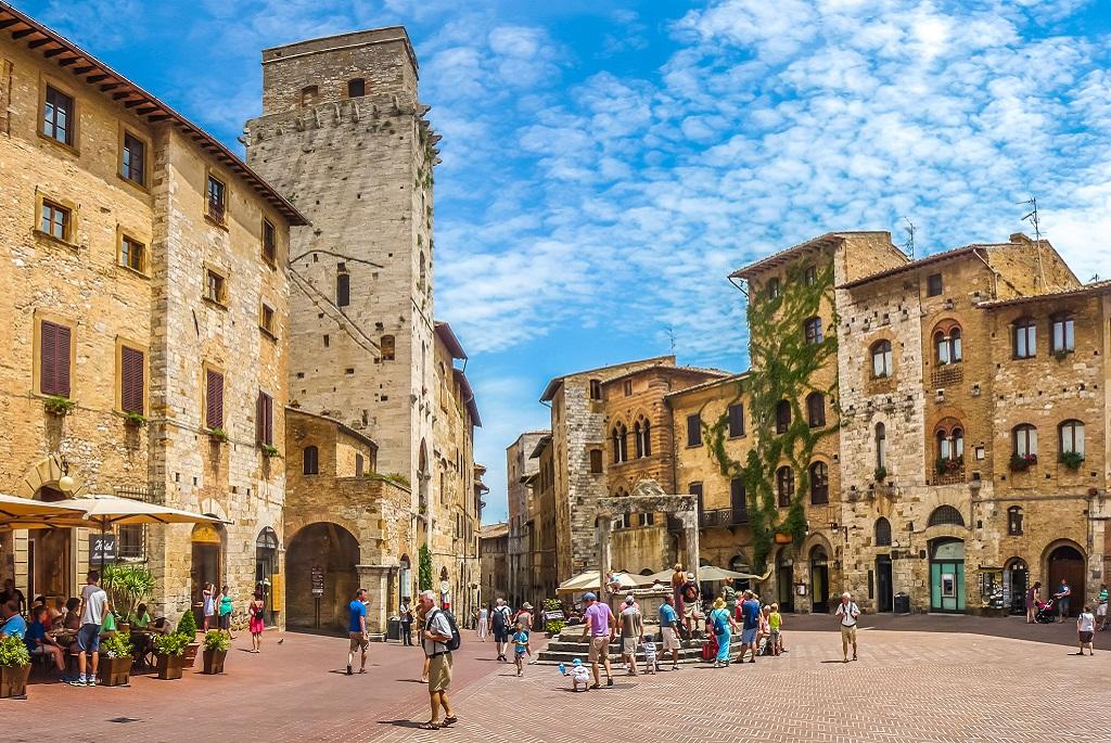 A háromszög alakú Cisterna tér San Gimignanoban