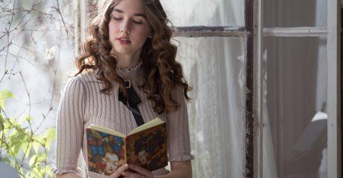"""""""Az érettségivel egy időben fejeztem be a regényemet"""" – interjú Kocsis Laurával, a Cseréljünk! 18 éves szerzőjével"""