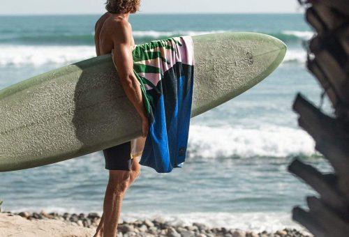 Szörfös életérzés minimalista strandtörölközőre nyomva