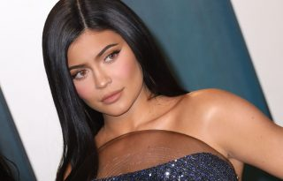 Kylie Jenner átlátszó ruhában mutatta meg a terheshasát