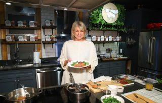A 80 éves Martha Stewart bőre ettől a zöld lötyitől ragyog