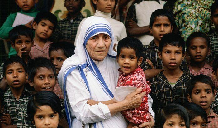 Ma lenne 111 éves Teréz anya, aki jótetteivel örökre beírta nevét az emberiség történelmébe