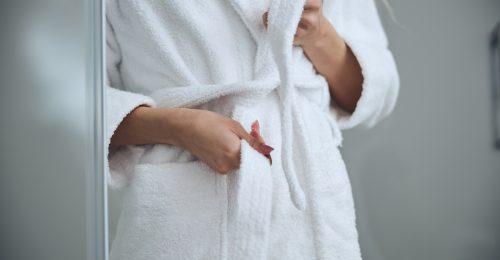 TikTok-trükk: így kell helyesen megkötni a fürdőköntöst