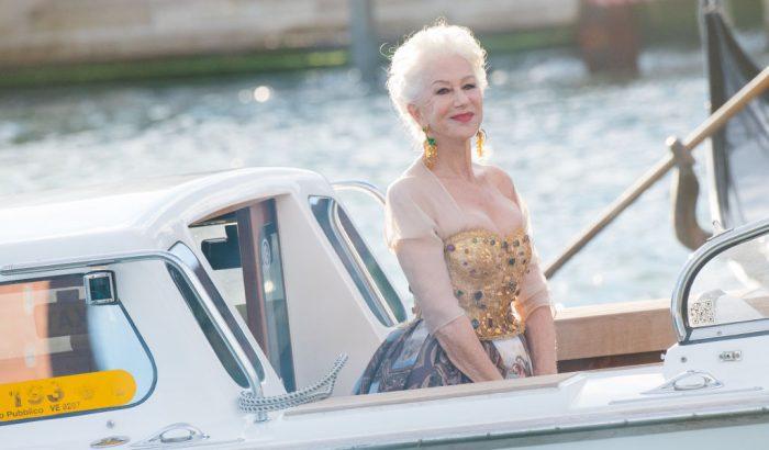 A 76 éves Helen Mirren lábai előtt hevert Velence