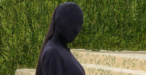 Így nézett ki Kim Kardashian a fekete maszk alatt