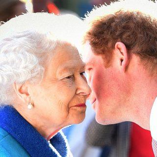 Szívmelengető fotók Harry hercegről és II. Erzsébetről, amik megmutatják a köztük lévő köteléket