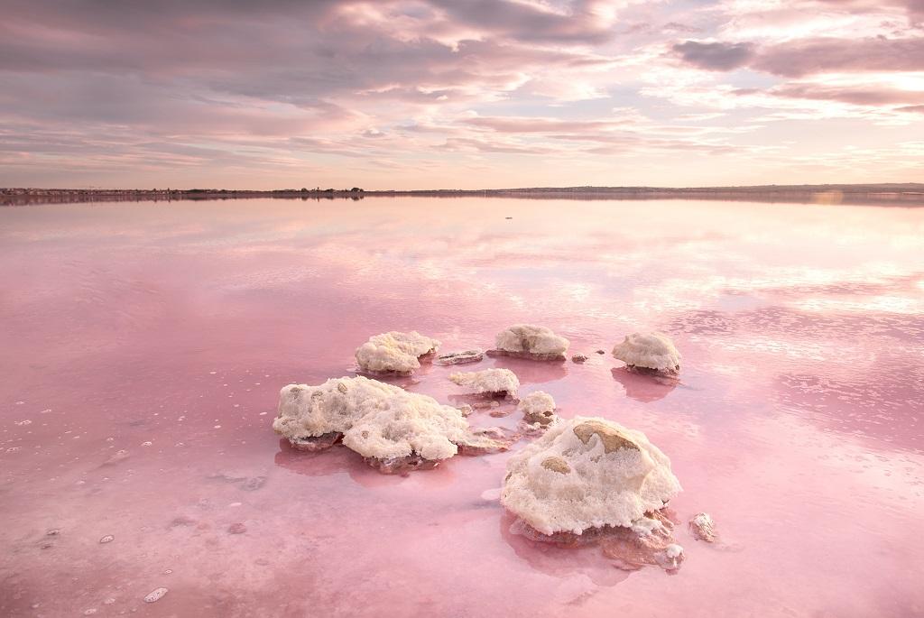 Mesébe illő tavak, amik csodaszép színekben pompáznak
