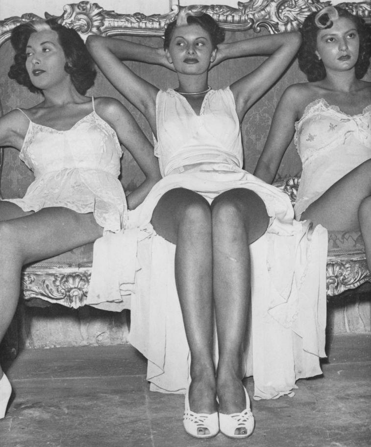 Sophia Loren (középen) 1950-ben, első filmjeinek forgatásán