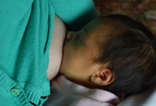 A Covid–19 még nagyobb nyomást helyezett a szoptatás miatt az anyákra