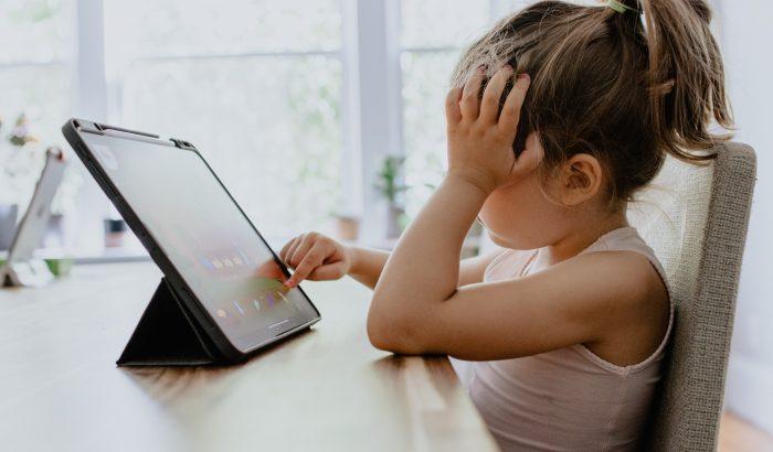 Ezért fontos letakarni a gyerekek webkameráját