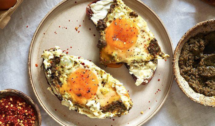 10 perces álomreggeli – pesztós tojás