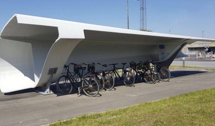 Szélerőművek lapátjából készültek biciklitárolók