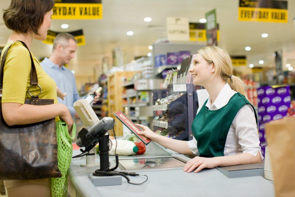 szupermarket-beszelgetos-penztar-magany