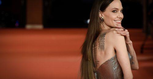 Angelina Jolie félresikerült póthaján csodálkozik a fél világ