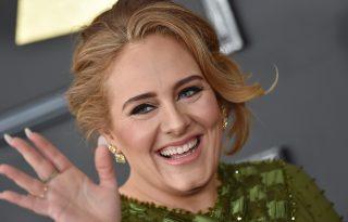 Adele a védjegyének számító macskaszemmel tért vissza