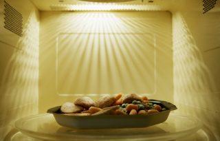 A TikTok ismét segít: így lesz meleg a mikrózott étel közepe is