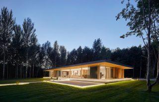 Fényárban úszik a látványos erdei faház