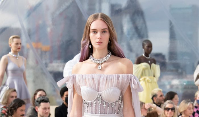 Az Alexander McQueen bemutató előtt két héttel fedezték fel az orvostanhallgató modellt
