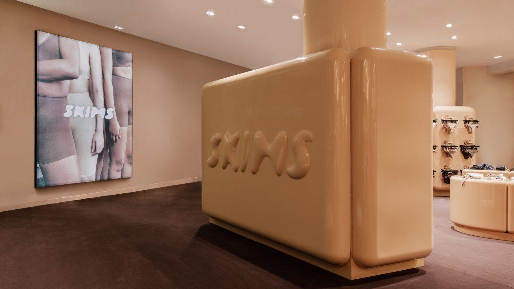 skims-kim-kardashian-pop-up-parizs-dizajn